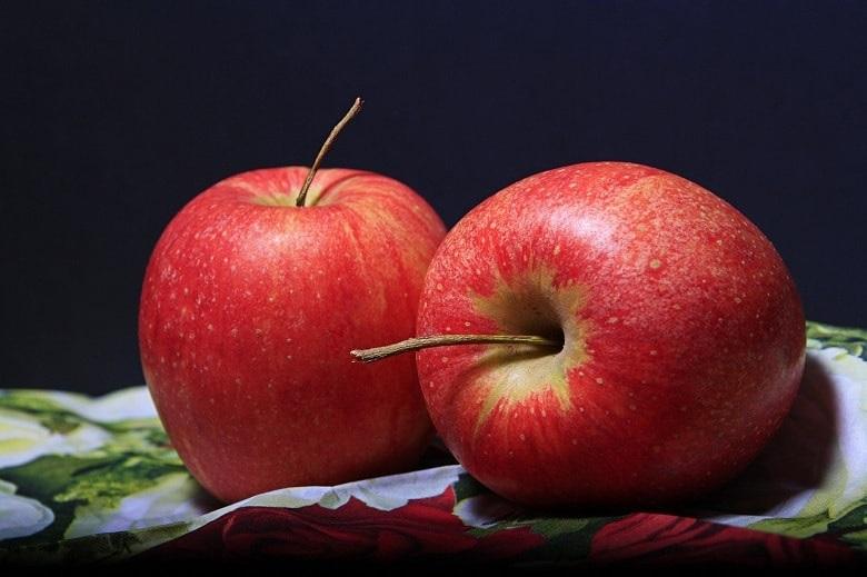 Zwei rote Äpfel. Symbolbild für die 100 häufigsten Bezeichnungen für den Apfelrest.